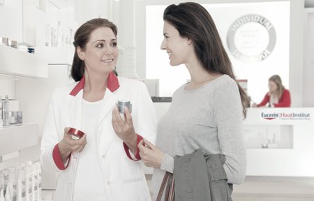 Talk between dermatologist and customer